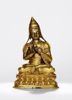 阿底峡 创作年代 18世纪晚期 尺寸 高17.5cm 估价 150,000 - 180,000 HKD 成交价 -- 作品分类 佛教文物其它 作品描述 北京、承德或内蒙古多伦诺尔 铜鎏金 阿底峡(A ti sha,982~1054年),本名Dīpaṃkara Śrījñāna(燃灯吉祥智),是藏传佛教后弘期上路弘法的重要上师。他出生于东印度Bhagaipur(今属孟加拉国国国),曾任摩揭陀地方超岩寺任上座,是寺内几个重要人物之一。1040年离开超岩寺赴藏地传法,1041年住尼泊尔一年,1042年自尼泊尔至阿里,在阿里住三年,著《菩提道灯论》等书,协助仁钦桑波等译师翻译显密经论,并为阿里僧人讲解显教经论,传授密法灌顶。后受种敦杰微迥乃('Brom ston rgyal ba'i byung gnas,1005~1064年)迎请至卫藏,阿底峡在卫藏共住九年,前后曾到桑耶(bsam yas)、拉萨(1ha sa)、叶巴(yer pa)、彭域('phan yul)、聂塘(snye thang)等地,1054年卒于聂塘。阿底峡从学弟子甚众,最著名的有枯敦、翱雷必喜饶(rngog legs…