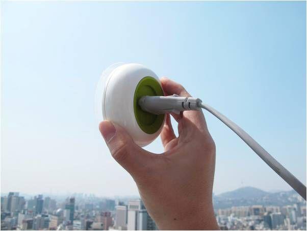 Une prise électrique solaire qui fournit de l'électricité gratis