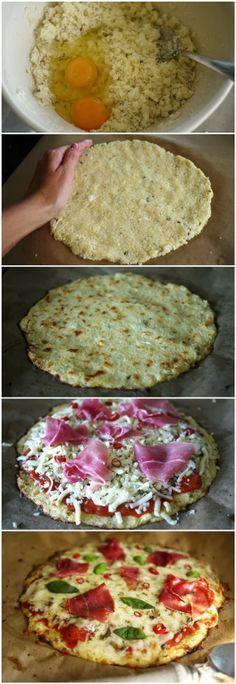 Pizza Couve-flor ingredientes: 1 xícara de couve-flor crua moída (pode ser feito com o ralador ou processador) 1 ovo OU 2 claras 1 xícara de queijo mussarela ralado 1 colher de chá de orégano desidratado 1 colher de chá de salsinha desidratado 1 colher de chá de manjericão fresco 1 tomate cortado em fatias Queijo mussarela em fatias Azeite de oliva Adicione que desejar: cebola, pimentão, ovos, azeitona, cogumelos, tomate seco, abacaxi
