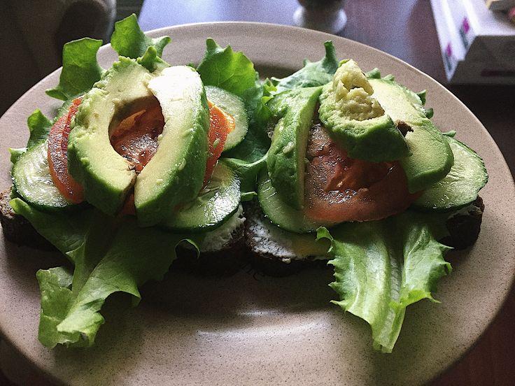 Бутерброд с цельнозерновым хлебом, авокадо, зеленью, лёгким сыром, рикоттой, огурцом и помидоркой