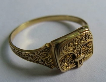 Envelope locket mourning ring, opens onto compartment that would have stored a lock of the deceased's hair.