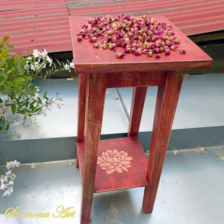květinový stolek s patinou květinový stolek původně 60tá léta, renovovaný speciální barvou k patinování.Na spodní poličce ornament růže. výška : 60 cm šířka: 27 cm barva: vínovo- rezavo- tmavězlato (lehce) V Praze je možný osobní odběr (v centru)