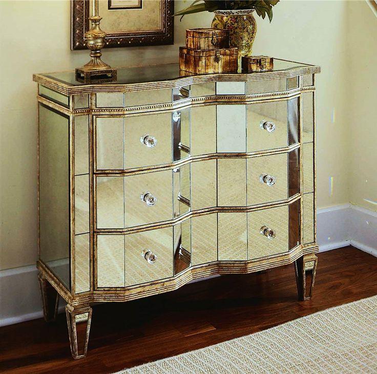 Комод «Иллюзия» от американской фабрики Hooker Furniture, выполненный из массива твердых пород дерева с зеркальными панелями. Отделка Golds – это элегантный оттенок зеркал в мягкой серебристо-золотой гамме. Стоимость 101 925 руб., размеры 98*37*86 см. #комод #шкаф #корпусная_мебель #гостиная #дизайн_гостиной #интерьер_гостиной #интерьер #дизайн_интерьера #интерьер_дизайн #декор #стиль #дом #стильный_дом #уютный_дом #красивый_дом #красивые_дома #идеи_для_дома #мебель