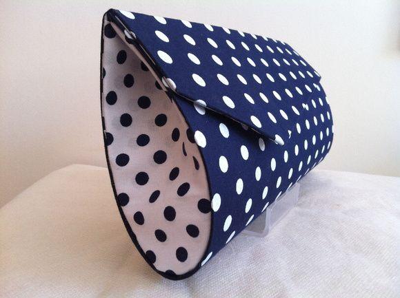 Bolsa em cartonagem revestida em tecido de algodão e fecho de imã. O tamanho é ideal, cabe celular, chaves, carteira. R$ 40,00