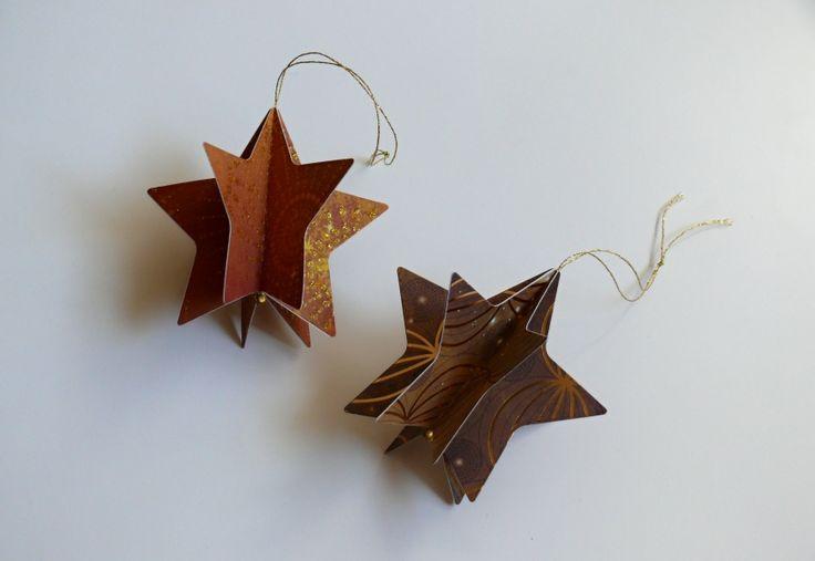 Vánoční+hvězdičky+na+stromeček+Krásná+dekorace+na+vánoční+stromeček,+na+vánoční+větvičku+nebo+jen+tak+k+zavěšení.+Velikost+hvězdičky+je+8,3+cm.+Pevný+kvalitní+karton+s+krásným+vzorem.+Cena+za+2+ks.