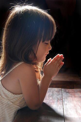 Little praying girl