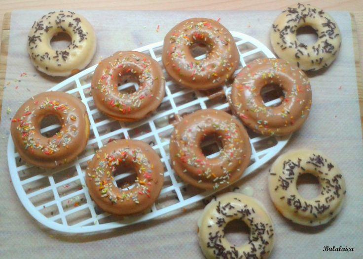 Donuts al horno Ingredientes (para 12 donuts) * Para la masa 220 gr de harina 150 gr de azúcar 1/2 sobre de levadura 1 cucharadita de sal 185 ml de leche 1 cucharadita de extracto de vainilla 2 huevos 30 gr de mantequilla derretida