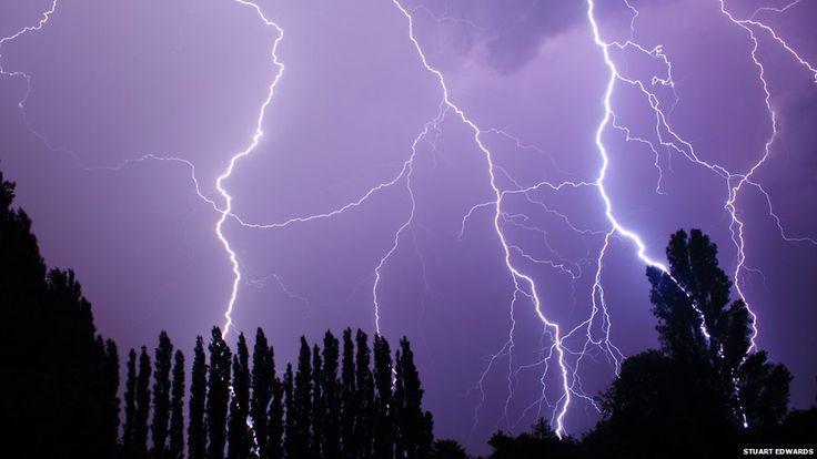 数日前にイギリス全土で生じた異常気象。  落雷により屋根が崩壊したり、飛行機の便が17フライトが中止されるなどの被害や影響がでました。  BCCに掲載されている写真  イギリスに住む人たち...
