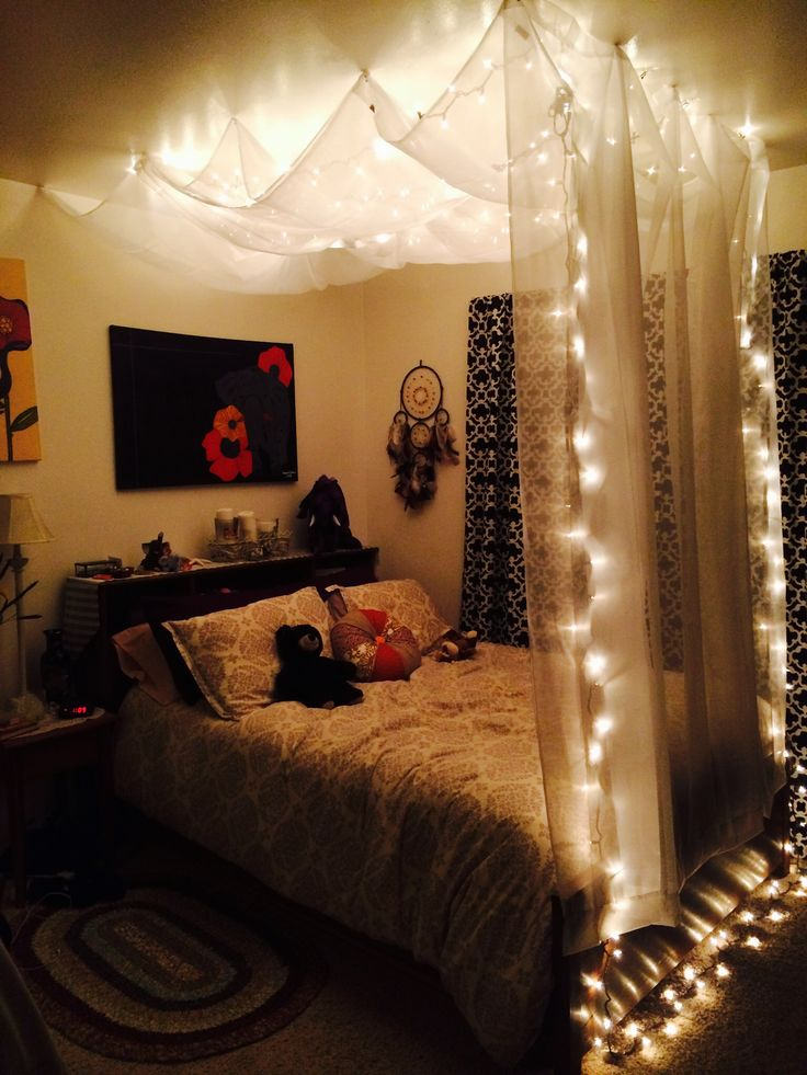 Quarto, luzes - DIY Hanging Bed Canopy - Using $5 sheer white curtains from Target, removable wall hooks, and Christmas lights. Then I used clear tacks to make the curtains over head billowy. This really opened up the room, and is great for relaxing in the evening (: