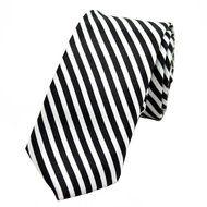 Stropdas Durham Dunne Streep Zwart  Description: Een zwart met wit gestreepte stropdas om de outfit compleet te maken  Wanneer een man en stropdas draagt is de stropdas gelijk ook één van de belangrijkste aspecten van de hele outfit. Het is namelijk ontzettend belangrijk dat de das goed past bij bijvoorbeeld het pak het overhemd de schoenen en de riem. Daarom moet een stropdas bij een pak of outfit met zorg worden uitgezocht.  De Durham Thin Stripe Black das is zoals op de afbeelding te zien…