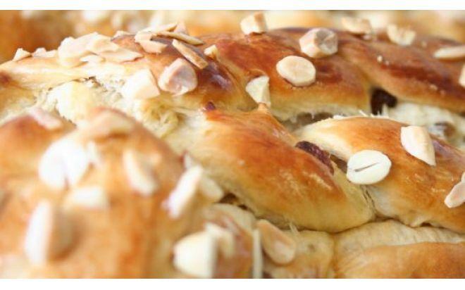 Vánočka  (Velikonoční pletenec)  od Petra Stupky (z Prima Vařečka)  1 kg polohrubé mouky 200 g cukru 80 g droždí (2 kostky) 200g másla 1 lžíci rozpuštěného sádla 500 ml mléka 4 žloutky 30 g rozinek namočených v rumu hrst vlašských ořechů 1 vejce na potření 50 g sekaných mandlí (na ozdobení) špetka soli (všechny suroviny by měli mít pokojovou teplotu)  - - -