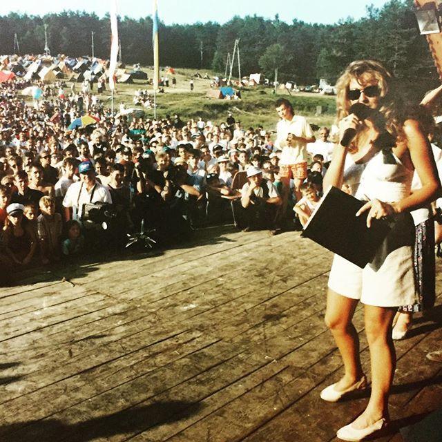 Ewa Wachowicz na Watrze w Zdyni, 1995 rok @ewawachowicz #watra #watrazdynia #vatrazdynia #ewawachowicz #zdynia #beskid niski #sercubliskibeskidniski #misspolonia #miss