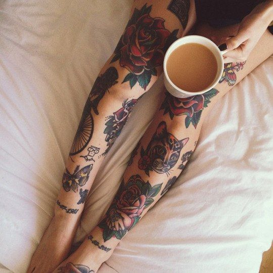Тату + ноги + чашка кофе с молоком + белая простынь + кровать