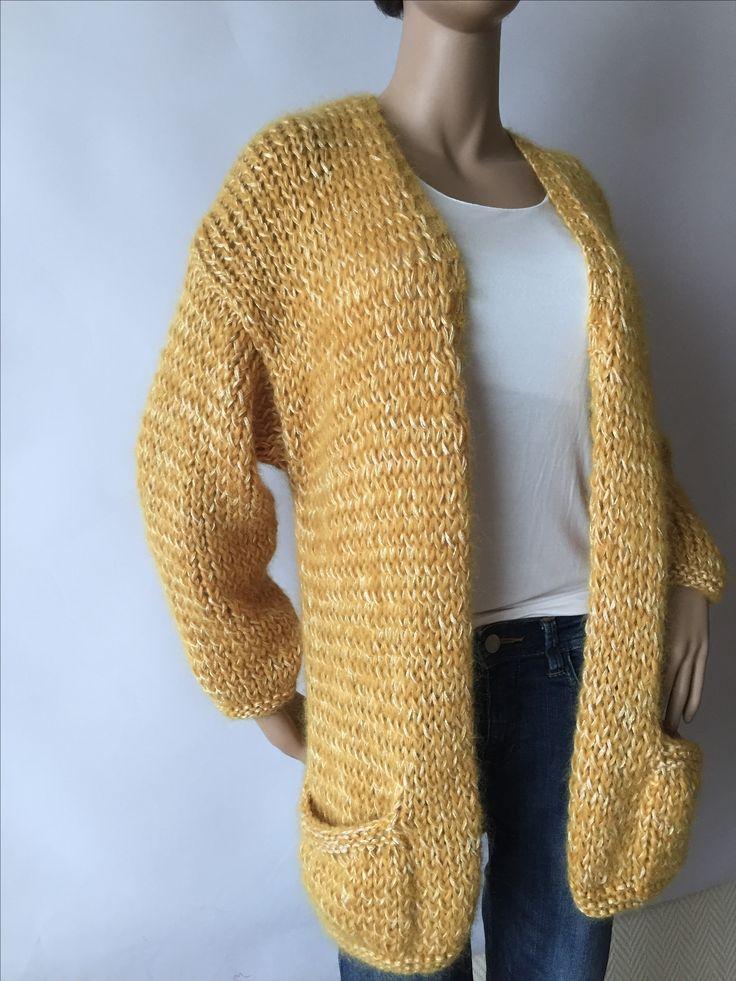 Bernadette cardigan , lange vest van 75 cm met zakjes in een combinatie van MOSTERDGEEL kid mohair/katoen/viscose www.handknitria.be