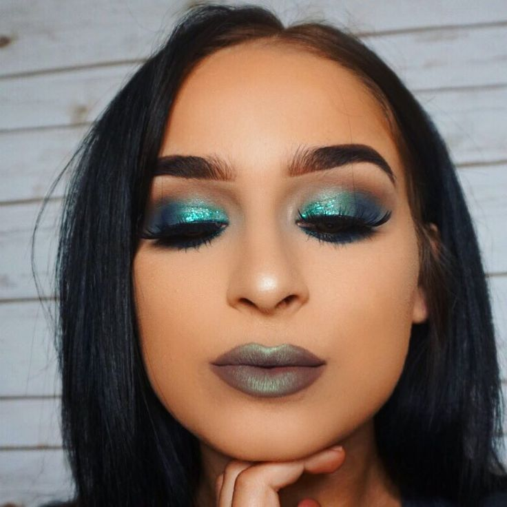 Jenn Lee @_jennlee Eyes: Violet Voss Drenched Metals & Holy Grail Palette,   Urban Decay Heavy Metal Glitter - Stagedive    Lips: Mac Stone Lip Liner  Artist Couture Diamond Glow Powder - Mermaid Fantasy in the center