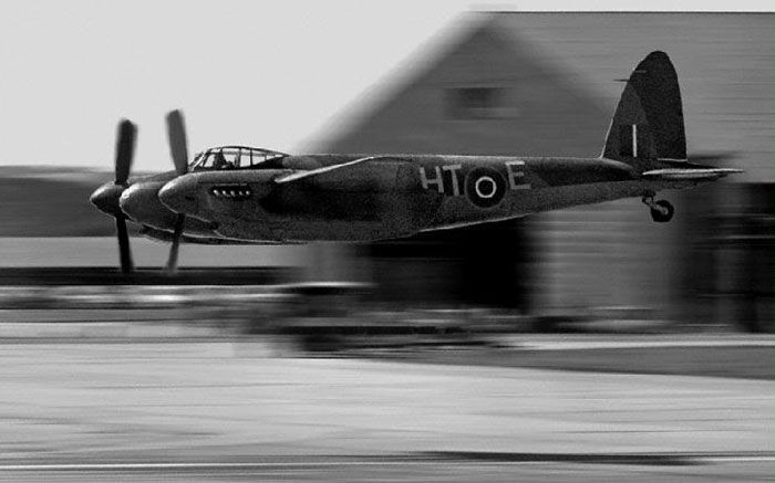 Military History Of the 20th Century: Very Low Flying WWII Airplane Photos A MOSQUITO,ALL WOOD PLANE