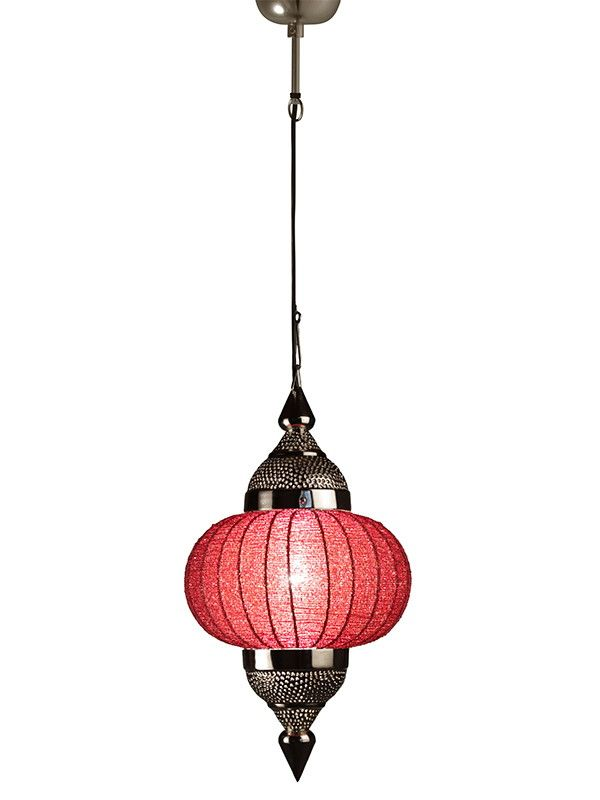 Decore seu ambiente com este encantador Pendente (Coleção Manak) feito com miçangas de vidros brilhantes (cor vermelha) e metal prata rendado. <br> <br>As fileiras de miçangas de vidro no centro da peça, tornam-se difusores que brilham quando iluminados, dando um toque de charme e romantismo a iluminação do ambiente. <br> <br>Quando utilizado em ambientes iluminados pela luz solar as miçangas de vidros ficam brilhosas e coloridas, dando um encantamento a mais para a peça mesmo na claridade…