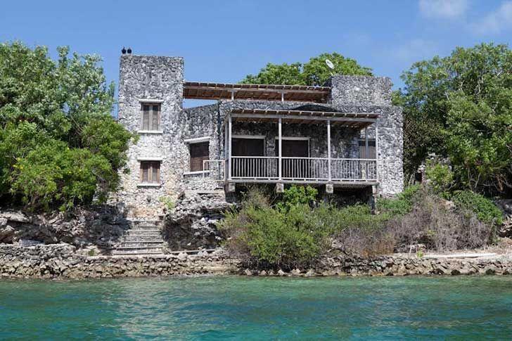 Villa del narcotaficante  Pablo Escobar, fué construida enteramente de coral sacado del mar Caribe, a pesar de ser una especie protegida.