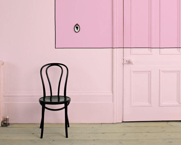 Envie de sophistication étudiée ? Optez pour un rose poudré. Cette entrée doit son originalité à deux teintes de rose en color block, qui donnent un fond spectaculaire à cette classique chaise de bistro.