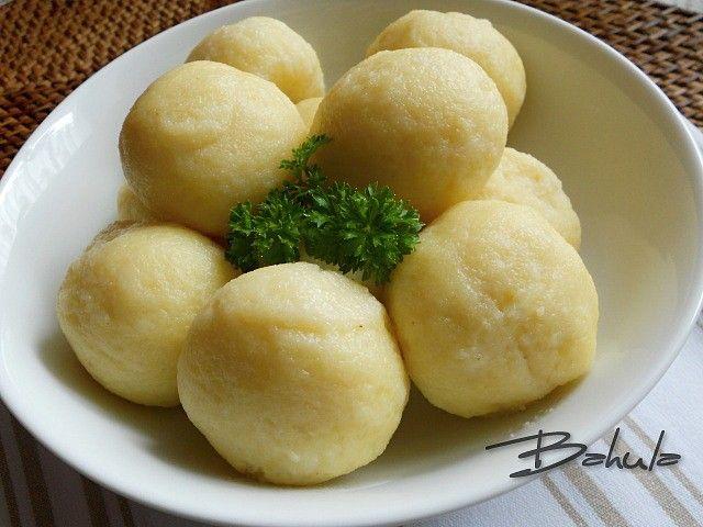 Brambory uvaříme den předem, protože těsto se nejlépe zpracovává  z plně  vychladlých brambor.  Brambory prolisujeme nebo pomeleme na masovém...