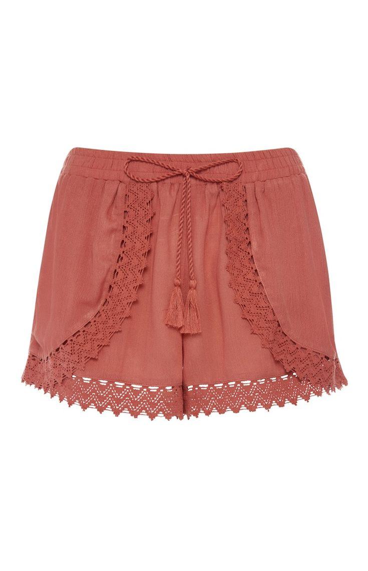 Primark - Rode shorts met gehaakt accent