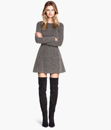 Long-sleeved dress in sturdy jersey with a herringbone pattern, side pockets with a concealed zip, and a concealed zip at the back. Unlined.