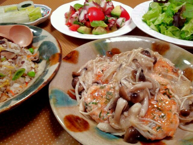 先週の晩御飯。鮭つくね、きのこの大根みぞれがけ・大村寿司リメイク炒飯・白菜わかめ巻き・アボタコトマト・サラダ。  盛り盛り(*`´*) - 32件のもぐもぐ - ふたりde鮭つくね by manimaaru