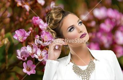 Piękność na tle kwiatów #fiolet #natura #fotografia #portret #pozowanie #moda #interactivestock