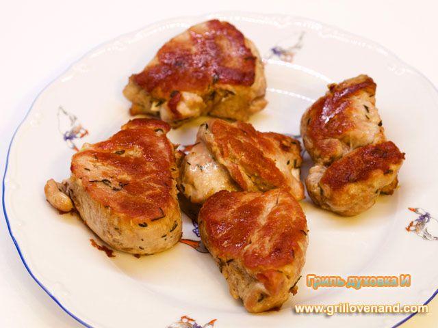 Медальоны из свиной вырезки. Обжариваются на сковороде и запекаются в духовке. Готовы в течении 30-40 минут. Продукты: Свиная вырезка, соль, перец, травы сухие, масло оливковое. Пошаговый рецепт с фото.