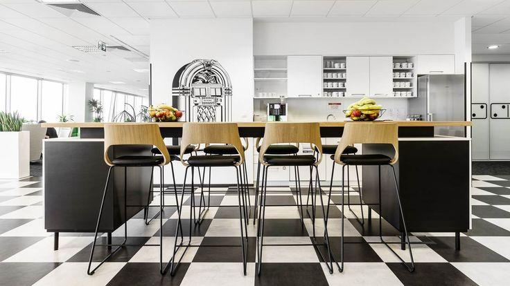 KMD Poland - obiekt referencyjny Kinnarps - stołki barowe Embrace, hockery,  jadalnia, restauracja inspiracja