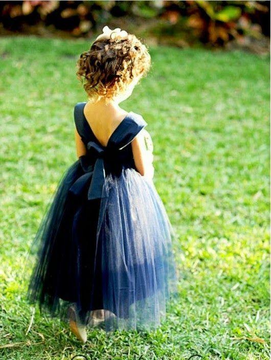 Flower girl con vestido en azul marino. Una #boda #azul en cada detalle. No te pierdas las combinaciones de azul para tu boda.