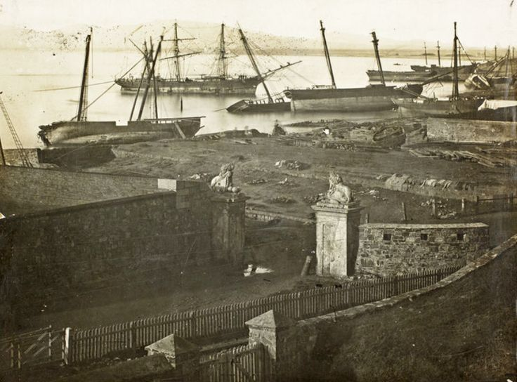 The aftermath of the storm of 17 May 1865 with ships ashore near the Castle. Photograph : Library of Parliament