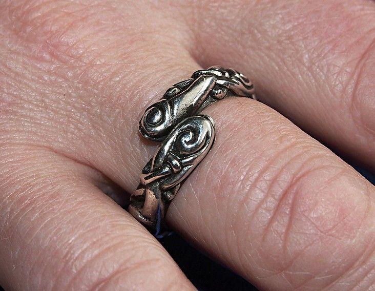 Flott sølvring Ringerike stilen som kan justeres litt.  925 sterling sølv.  Med en innvendig diameter på 2 cm . Båndet er 4 mm i høyden.