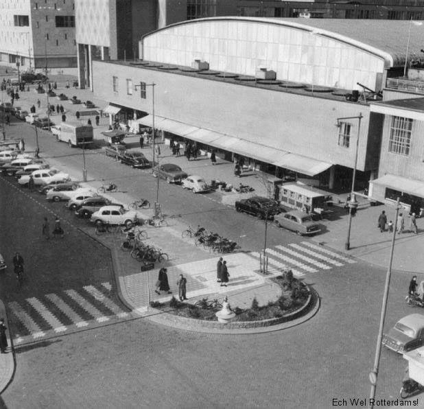 Rotterdam - Beursplein, vanaf Hoogstraat richting Coolsingel met links de beurs en nog net een stukje van de Bijenkorf op de Coolsingel te zien. 1954