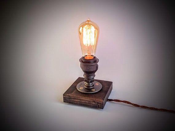 Kleine tafellamp (bed slaapkamer tafellamp, steampunk lamp, Edison lamp), gemaakt van industriële schroefdraadpijpverbindingen, op donker grijs houten voet.  Past zowel in rustieke en industriële interieurs.  Objectgegevens: -Afmetingen: 5,5(14 cm) hoog (hoogte zonder lamp), 5 (12 cm) breed, 5(12 cm) diep  -Koord lengte 8 voet / 2,5 meter Aan/uitschakelaar inline -E26/27 socket 60 W max -Geschikt zowel voor elektriciteitsnetten met 120 V en 230 V spanning -Naar de VS kopen met plat mes Typ…