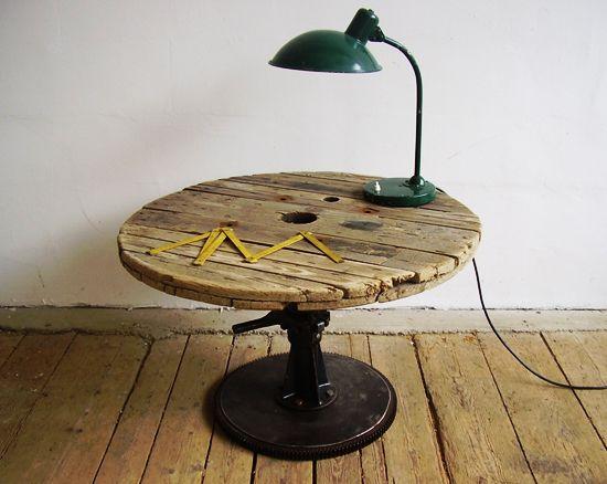Stuebord lagd av kabeltrommel