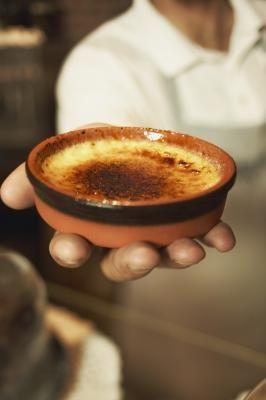 Cómo quemar la parte superior de la creme brulee en el horno | eHow en Español