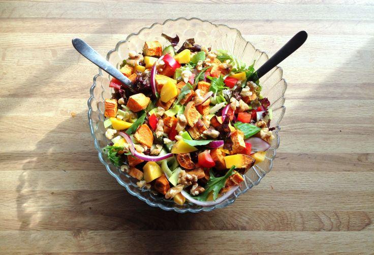 Søtpotetsalat med mango&valnøtter ♦500 g søtpotet (+/-) ♦Valgfrie grønnsaker ♦Fersk mango ♦Valnøtter