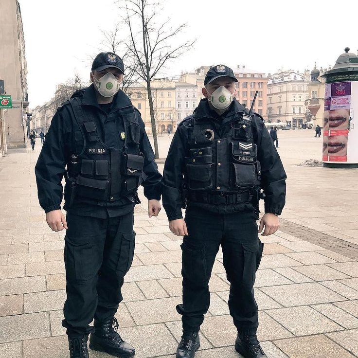 Krakowscy policjanci testują maski antysmogowe #smog #Kraków #Radio #TOKFM #oddychamy #czymoddychamy #zanieczyszczeniepowietrza #zanieczyszczenie #TOKFM