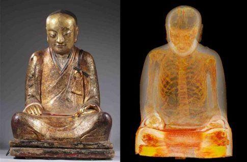 Καθισμένη στη στάση του λωτού, η μούμια χωράει μετά βίας μέσα στο άγαλμα.