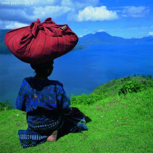 Guatemala San Antonio Palopó (Sant'Antonio da Padova) è un villaggio indigeno Maya Kakchiquel - See more at: http://blog.presstours.it/2014/10/21/san-antonio-palopo-guatemala-villaggio-indigeno-maya-kakchiquel-sul-lago-atitlan/#sthash.54bbOmyz.dpuf Press Tours