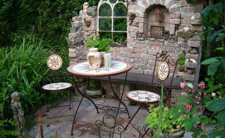 Eine Ruine ist ein ideales Element, um einen romantischen Gartenbereich zu schaffen