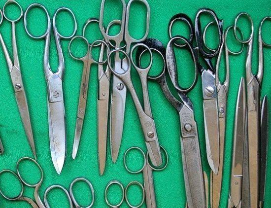 Ножницы пришли в нашу жизнь из глубокой древности. Первые ножницы были созданы более трех с половиной тысяч лет назад, причем служили они не для парикмахерских нужд или разрезания бумаги и ткани, их предназначение было в необходимости стричь овец.