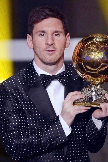 Smoking de bolinha branca, de veludo vermelho... Qual será o estilo de Messi na Bola de Ouro da Fifa 2014? em Janeiro de 2013