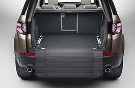 Protector de paragolpes trasero (VPLVS0179) Land Rover Discovery Sport. Ofrece protección adicional al parachoques trasero frente a arañazos y rozaduras evitando que la ropa pueda ensuciarse durante la carga y descarga. - Fabricados en un material de tela robusta, el protector de paragolpes ha sido diseñado para almacenarse en forma de acordeón bajo el espacio de carga. Precio:148,00 EUR El PVP no incluye IVA, Instalación ni Legalización en ITV. Número de pieza:VPLVS0179