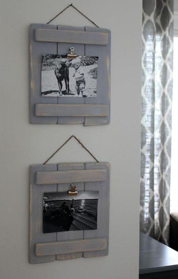 Bekijk de foto van Marington-nl met als titel DIY met pallets: maak mooie landelijke fotolijsten van pallet hout. Makkelijk te maken en perfect voor een landelijk interieur. Verf lijstjes grijs en schuur ze nog eens, voor een oude look. en andere inspirerende plaatjes op Welke.nl.