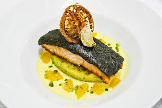 Scaloppa di salmone arrostito in crosta di olive nere, fumetto di pesce, arancia e zafferano, galletta di patate al prezzemolo.  Il pesce che risale la corrente incontra aromi che lo esaltano. #alchiardiluna #ilmatrimoniochestaisognando #wedding #matrimonio #nozze #bride #sposi #napoli #food #fooddesign