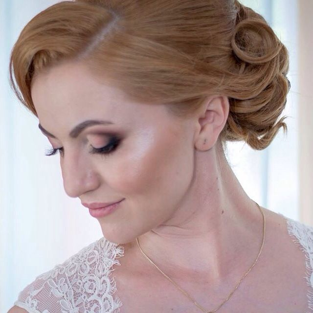 Bride make-up : soft make-up with natural eyeshadows: brownish & peache, highlighter and contouring face.
