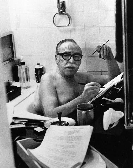 Mientras fuma en la bañera, Dalton Trumbo.