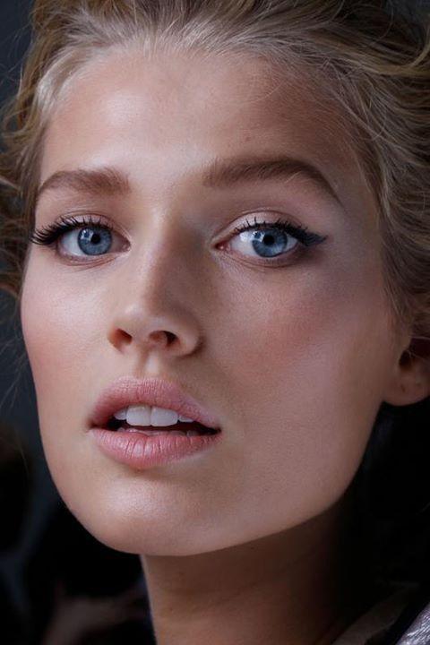 slightly filled brows, cat eye eyeliner and soft pink lips makeup